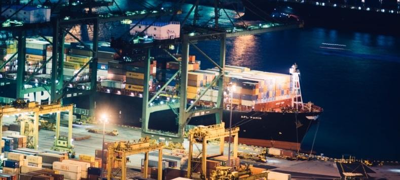 aangemeerd containerschip